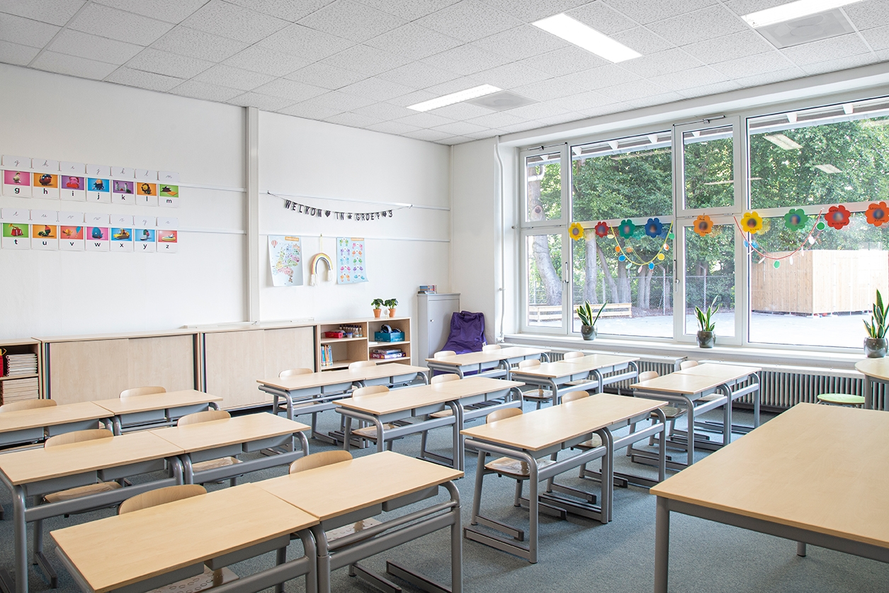 STAS ophangsysteem in klaslokaal